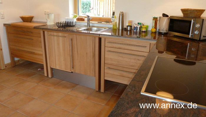 L-Küche Naturholz mit Granitarbeitsplatte